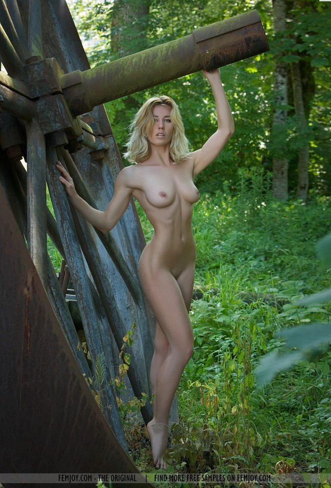 Wife Pose Nude